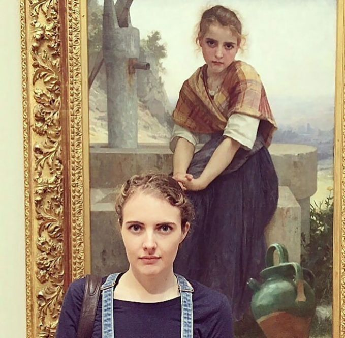 Gaya rambut dan wajah serta raut muka wanita tersebut mirip banget sama wanita yang ada di lukisannya.