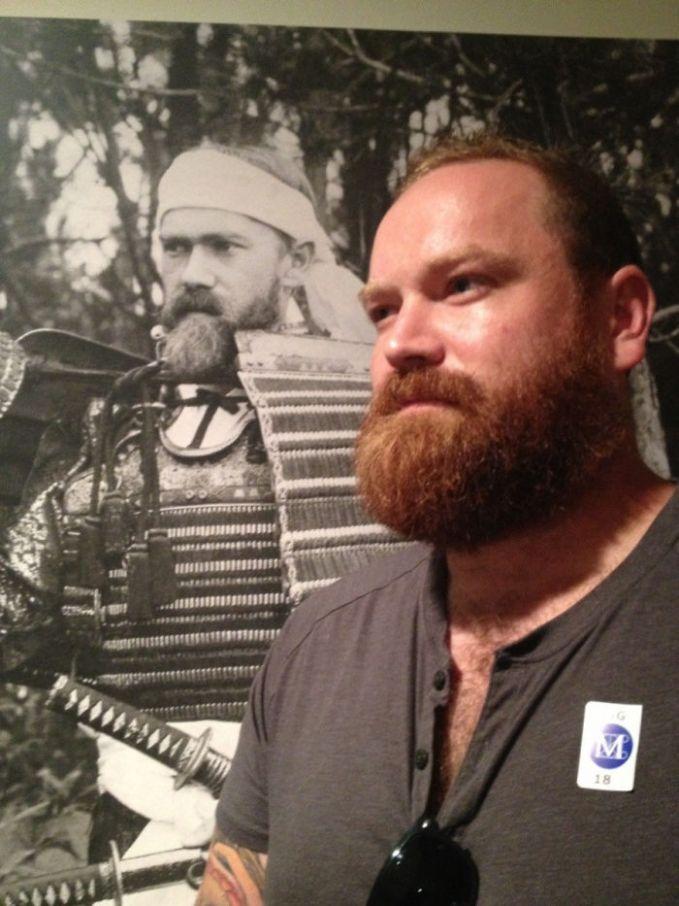 Pria berjenggot ini memiliki wajah yang sama dengan seorang yang mengenakan baju samurai dalam sebuah foto lawas Pulsker.