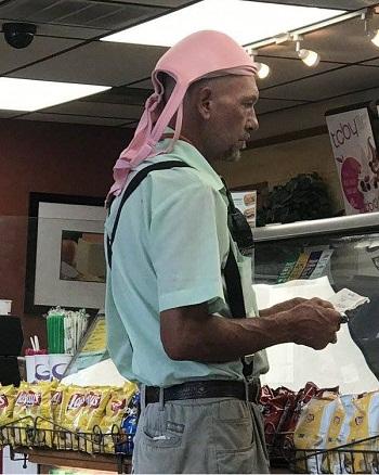 Jadi topi pelindung kepala saat keluar rumah biar makin adem.