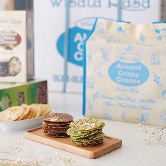 Almond Crispy Cheese Toko wisata rasa, jalan raya Jemursari No.164. Satu kotak almond bisa di bandrol dengan harga Rp 45.000.