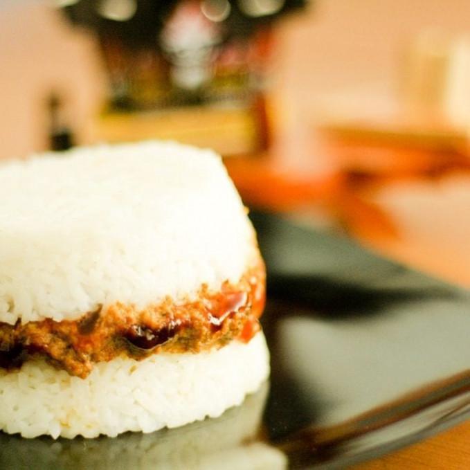 BunaRendang Bunarendang singkatan dari Burger Nasi Rendang kalian pasti penasaran bukan? bisa kalian temukan di kawasan kampus d surabayaa dengan harga Rp 10.000 sampai Rp 15.000.