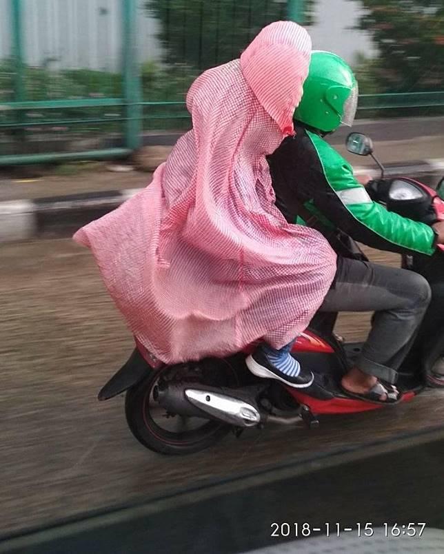 Ada yang tahu nggak ini jas hujan model apa?