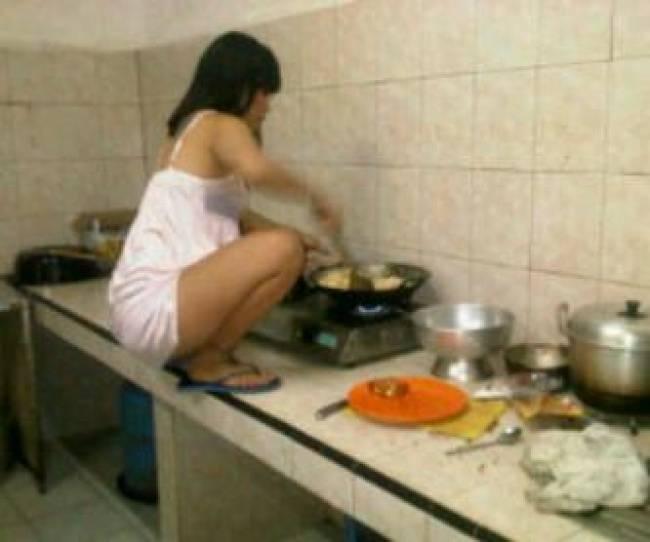 Kalau kaya gini bikin gagal fokus mau lihat masakannya apa lihat yang masak.