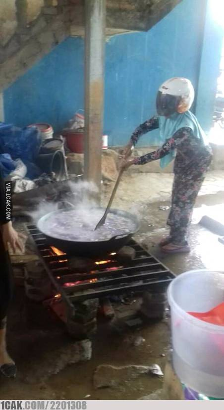 Kalau di jalan nggak pakai helm, giliran masak di emak malah pakai helm.