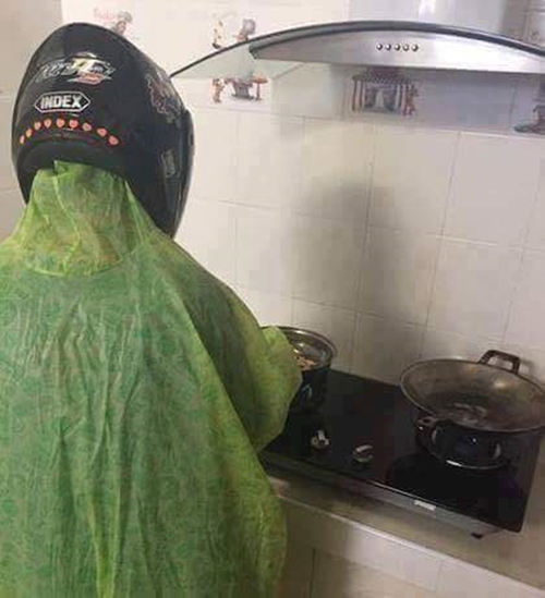 Gini jadinya kalau pas hujan naik motor, baru inget kalau ngangetin sayur di dapur.