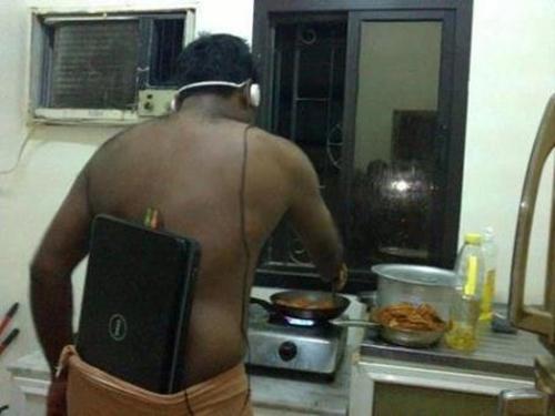Saking pengennya masak sambil dengerin musik pakai headset.