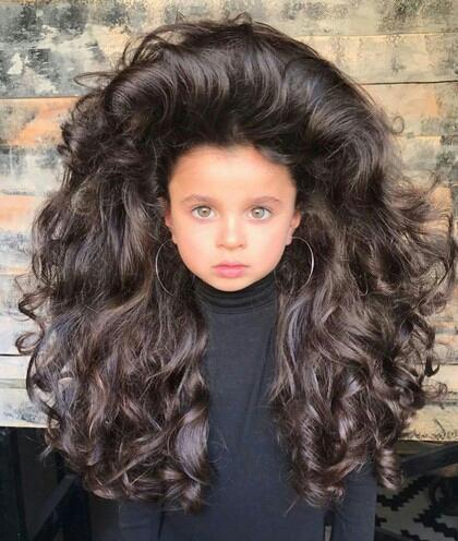 Bagi anak sekecil ini bahkan rambutnya lebih besar dari badannya.