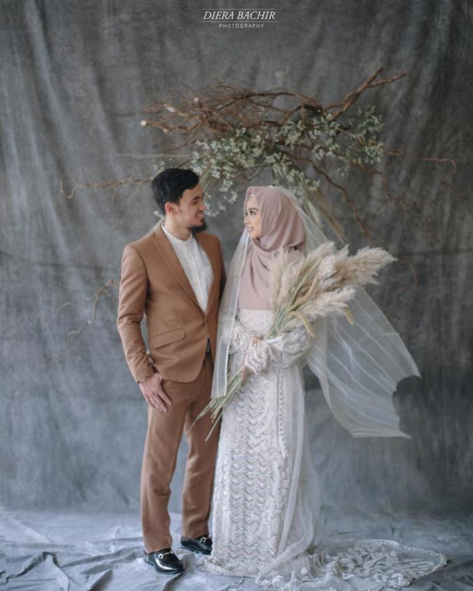 Dengan pose saling menatap ini bikin foto ini terlihat semakin adem dan romantis.