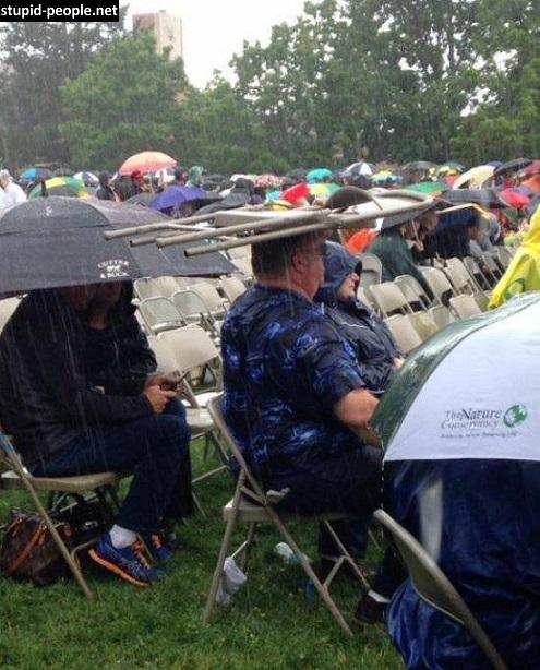 Nggak ada payung pakai berteduh, kursipun jadi.