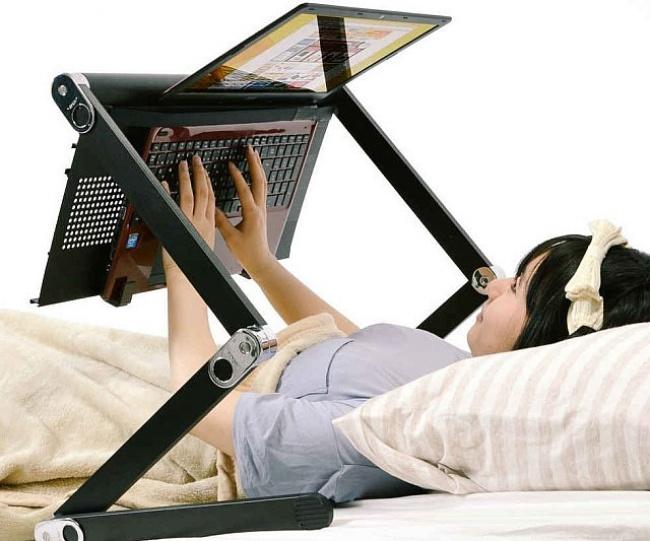 Cocok banget nih buat kamu yang nggak mau pindah tempat sambil ngerjain tugas, chatting dan aktivitas lainnya.