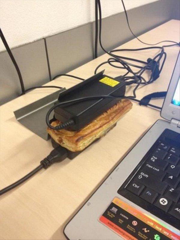 Charger laptop bisa difungsikan menjadi sebuah toaster biar makanan makin hangat.