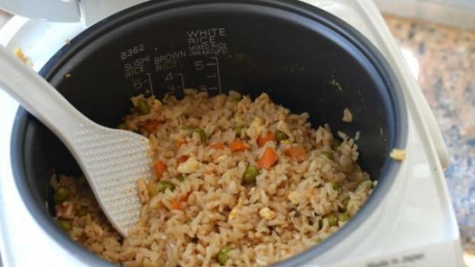 Masak nasi goreng pakai magic com aja bisa gengs.