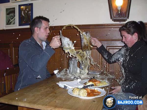 Niatnya sih mau bersulang ngerayain hari jadian. Saking semangatnya sampai pecah deh gelasnya.