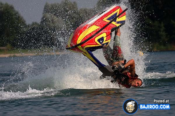 Walaupun di air, tapi kalau jatuhnya kayak gini ya lumayan sakit juga sob.