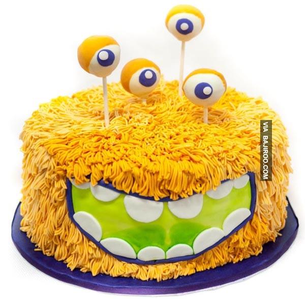 Kue berwarna kuning ini kalau dilihat sepintas mirip seperti terbuat dari mie instant ya Pulsker. Pasti enak nih rasanya.