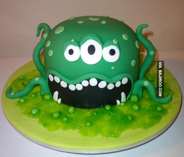 Bingung deh mau potong dari sisi mana dulu kalau kuenya super keren begini. Dipotong nggak ya?.