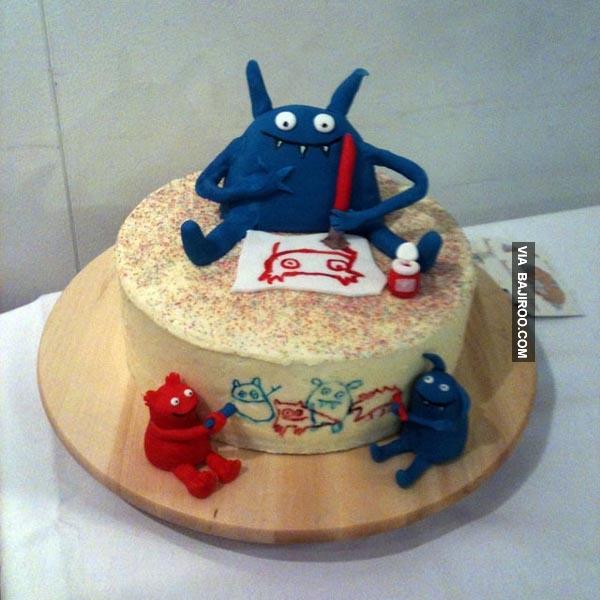 Nah lo, monsternya bisa bikin corat-coret juga lho di kuenya Pulsker.