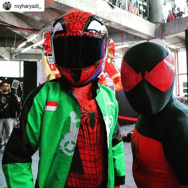 Nampaknya ada spiderman yang jadi cosplayer driver ojol. Atau sebaliknya ya?