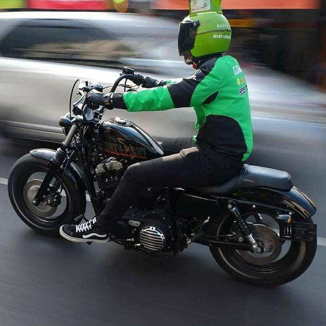Nggak cuma motornya aja yang keren, helmnya yang berbentuk tabung gas juga unik banget ya?!