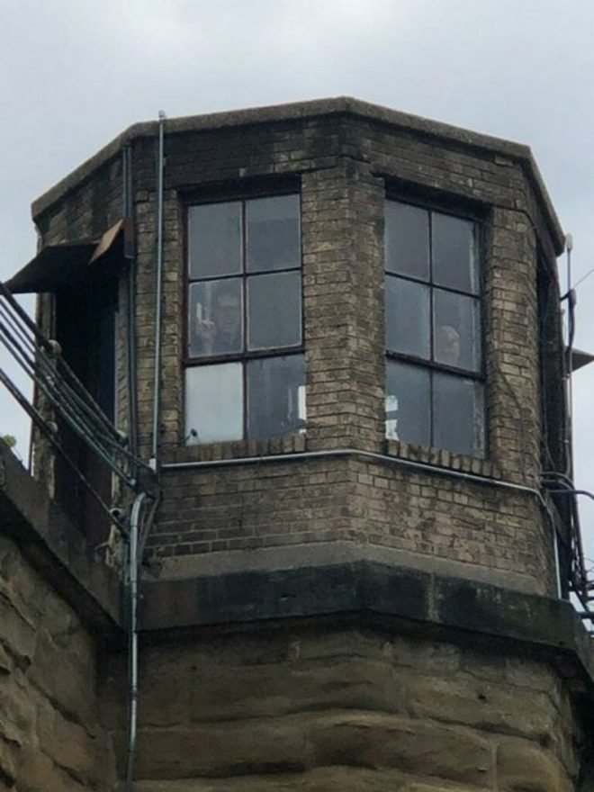 Apa kamu juga melihat ada pria yang lagi mebhintip di balik jendela itu? Manusia atau bukan?