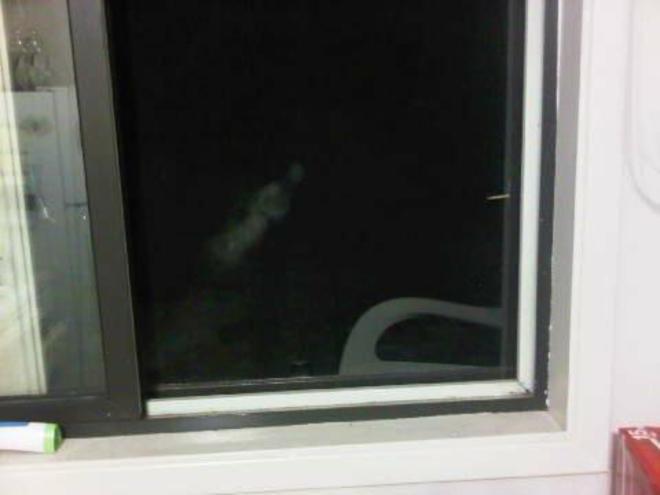 Apa yang akan kamu lakukan jika melihat jendela lalu tampak sosok putih yang terbang seperti foto ini?