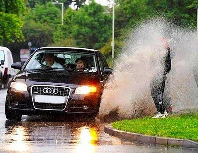 Hal yang sering terjadi saat musim hujan. Udah pernah mengalaminya?