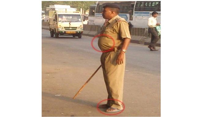 Hahaha polisinya pakai sandal, kalau di Indonesia mah itu namanya nggak disiplin bisa kena hukuman lho