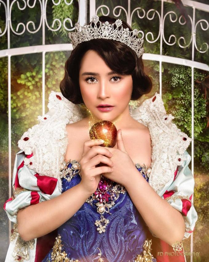 Prilly Latuconsina bertranformasi menjadi Snow White. Pas banget dengan wajahnya yang imut dan kostumnya yang megah.