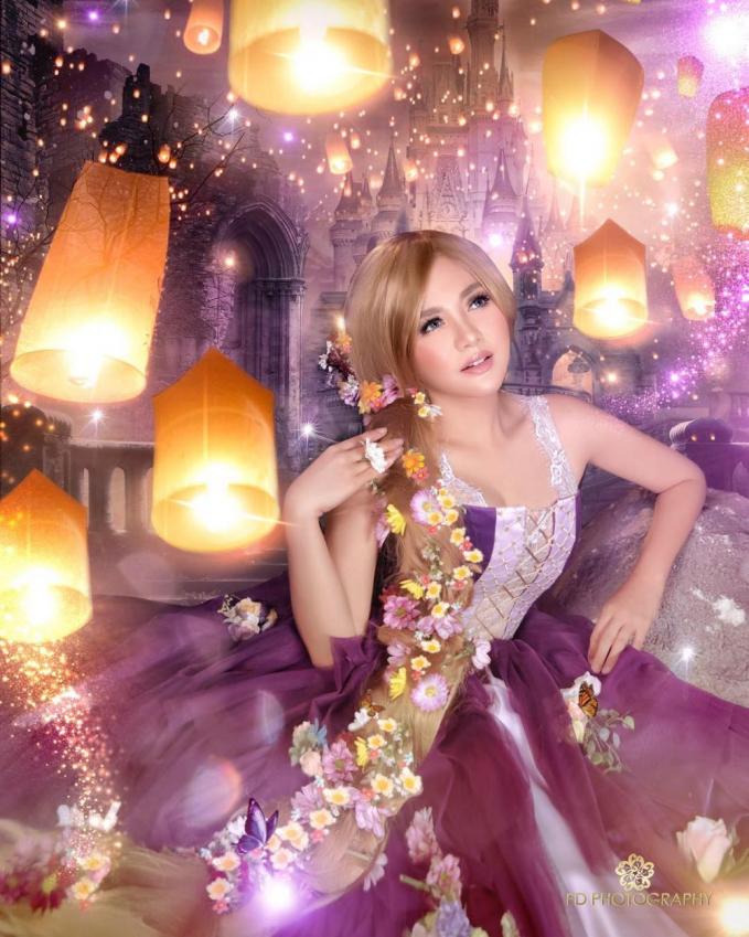 Vicky Shu dengan dandanannya ala Rapunsel sangat pas dengan walpaper lampu lampu dan gaun yang indah.