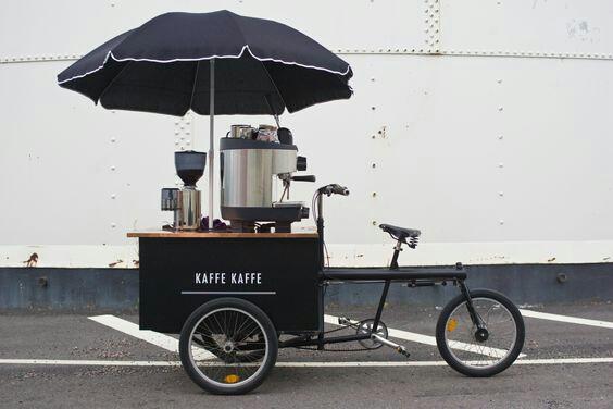 Waw gerobak jual kopi ini meskipun kecil,tapi kelihatan imut dan lengkap banget alatnya. Nggak bakal khawatir kopinya nggak enak.