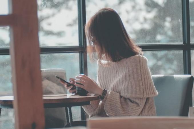 Membaca ulang history chat mulai dari awal, sehingga pikiran nggak jenuh saat menunggu balasan pesan.