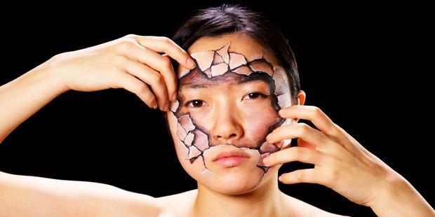 Mengupas kulit wajah