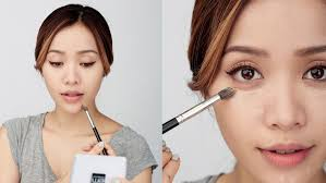 Ekspresi serius saat make up