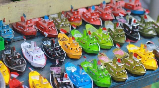 Perahu Otok-otok Kapal mainan ini terbuat dari alumunium. Bentuknya ada banyak dari kapal kecil sampai besar. Cara memainkannya adalah dengan membakar sumbu yang mirip sumbu lilin di belakang kapal. Dan kalian pasti bakal jongkok melihat kapal memutari ember atau baskom.