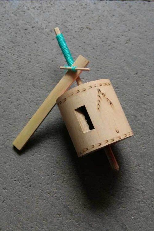 Gangsing Gangsing zaman dahulu masih sangat simple. Menggunakan bambu dan dimainkan dengan tali. Tali dililitkan ke batang gangsing lalu ditarik. Anak – anak kebanyakan ngadu siapa yang lebih lama mutarnya.