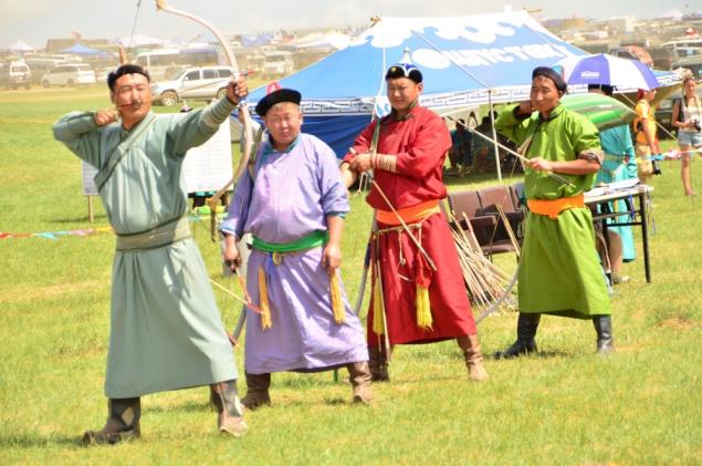 """Naadam, Festival Musim Panas Unik Yang Seru Dari Mongolia Mongolia memiliki sejarah yang panjang di dalam percaturan dunia internasional. Sejak dahulu kala, bangsa yang satu ini sudah terkenal akan keperkasaan para SDM nya, karena sejarah peperangan yang terjadi di masa lalu. Keperkasaan tersebut nyatanya masih bertahan hingga sekarang, dan tergambar dengan jelas dalam festival Naadam. Festival musim panas unik ini terbilang seru. Disini, dilakukan ajang perlombaan """"The Three Games Of Men"""", yang mempertandingkan tiga mata lomba utama yang boleh diikuti para pejantan tangguh. Ketiga mata lomba tersebut tak main-main. Baik wrestling, balap kuda, dan panahan, semua memerlukan fokus yang tinggi, kejantanan, serta ketangguhan tekad yang amat kuat. Namun, tentu festival ini tak melulu diikuti oleh kaum adam saja. Para wanita juga sudah mulai diperbolehkan untuk mengikuti ajang yang diadakan di setiap Juli hingga bulan Agustus ini! Bagaimana, Anda tertarik?"""