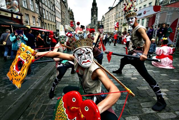 Edinburgh Festival Fringe, Destinasi Festival Musim Panas Unik Dari Skotlandia Meskipun secara geografis skotlandia berada di sekitar Inggris raya, nyatanya masyarakatnya menyukai kesenian yang amat beragam. Alhasil, festival seni ini pun terwujud, dan berhasil menarik minat para wisatawan untuk berkunjung ke skotlandia. Perayaan festival ini bukanlah hal yang biasa. Mengingat, durasi pelaksanaan nya di tahun 2016 lalu saja dilakukan selama 25 hari! Lama sekali bukan? Selama itu, ditampilkan 50.266 penampilan dari 3.269 show yang tersebar di 294 tempat. Meskipun festival ini diselipkan dengan beberapa nuansa modern khas eropa, acara ini sudah diselenggarakan secara rutin sejak bulan Agustus tahun 1947 loh!