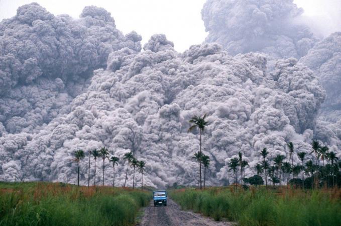 Gunung Pinatubo di Philipina yang meletus dahsyat pada tahun 1991, untungnya pemerintah setempat sudah mengevakuasi warga sekitar.