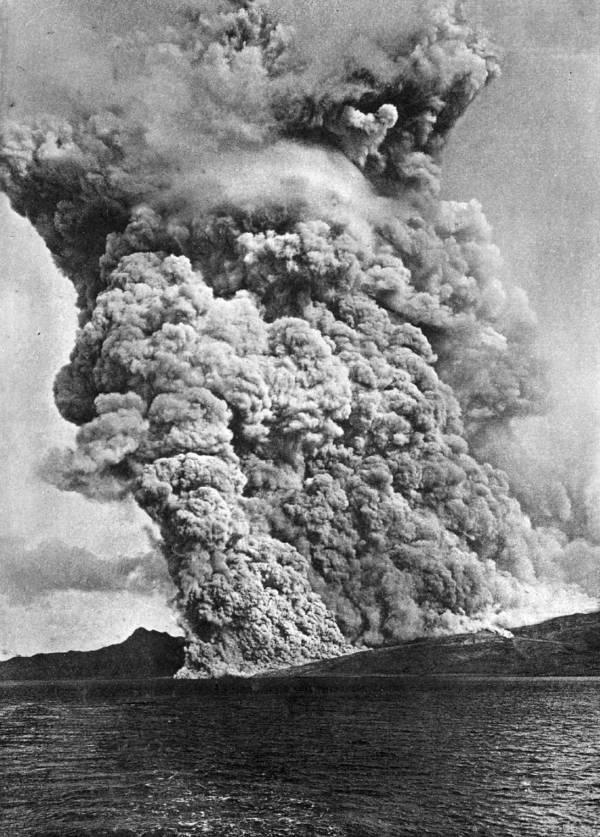 Gunung Pelee di Karibia yang meletus pada tahun 1902, dan meyisakan tiga orang selamat.