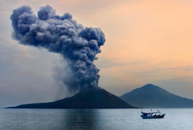 Gunung Krakatau yang meletus pada tahun 1883 dan menghancurkan tubuh gunung Krakatau serta mengakibatkan tsunami dahsyat hingga ketinggian 42 meter.