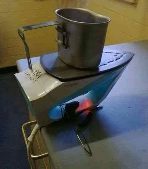 Fungsi lain dari setrika, selain untuk merapikan baju, bisa juga untuk memasakn air.