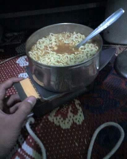 Kalau lagi kepepet banget bisa juga untuk memasak mie instan. Cuma anak kost yang bisa kaya gini.