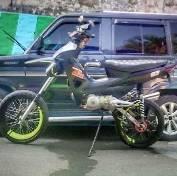 Tinggi banget nih motor, gimana cara naiknya ya.