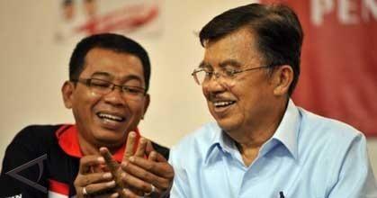 Komedian Jarwo Kwat banyak yang bilang mirip banget sama Pak Jusuf Kalla. Selain beda latar belakang, rambut keduanya juga nampak beda tuh.