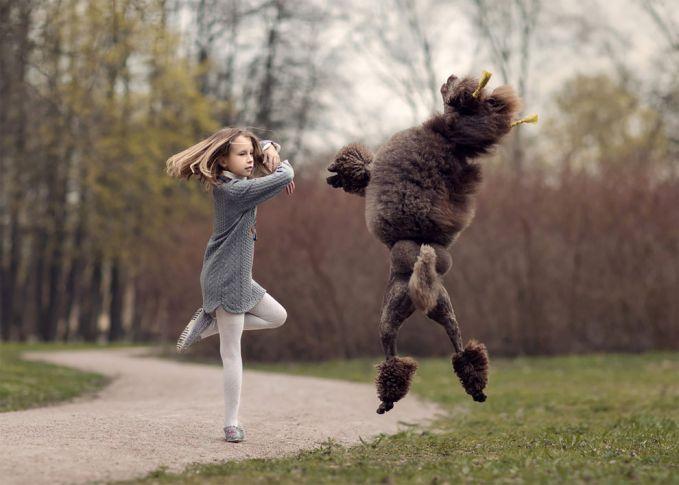 Sang anjing pun nampak antusias banget tuh meniru gerakan memutar yang dilakukan anak tersebut ya?.