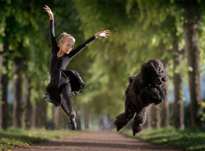 Keduanya nampak gembira bersama saat melakukan tari balet ya gengs.