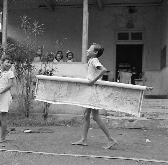 Anak-anak di sekolah Taman Siswa terlihat antusias mengikuti kegiatan sekolah. Foto ini diambil pada tahun 1947 silam Pulsker.