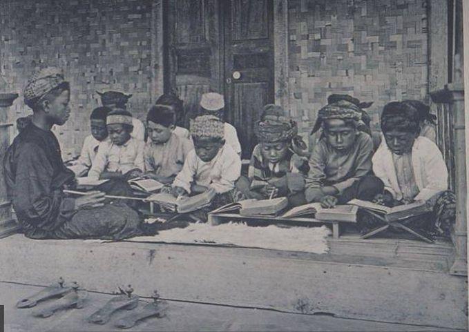 Sementara itu, di sebuah pesantren Jawa Timur era 1900-an nampak anak-anak sedang serius mengaji dan belajar agama.