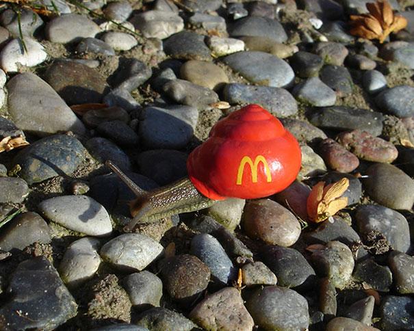 Dengan warna dasar merah dan logo makanan cepat saji yang terkenal siput ini nampak menggemaskan banget gengs.