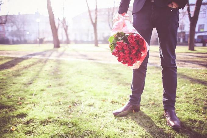 Tiongkok Kalau kamu menjalin hubungan dengan orang Tiongkok maka jangan sekali kali kamu memberi bunga, karena pemberian bunga akan sama artinya kamu nyumpahin mati.